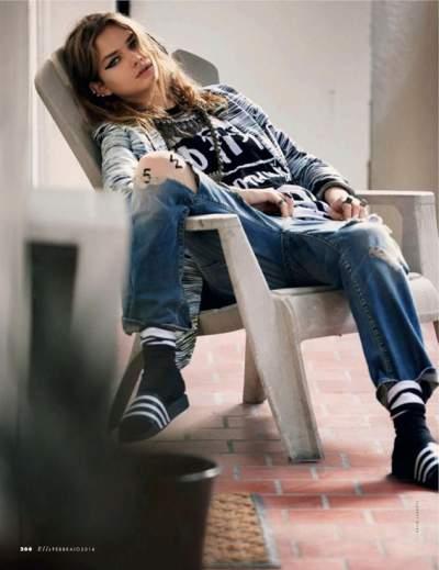 veja como combinar o chinelo de tira larga com a calça jeans