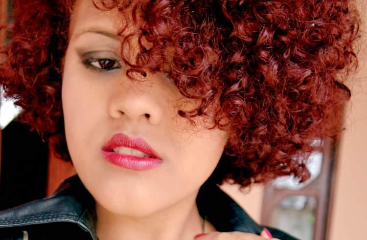 cabelos crespos vermelhos