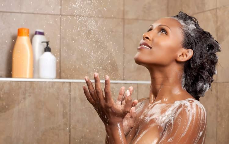 como lavar os cabelos crespos