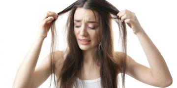 Mulher apavorada por causa do cabelo ralo