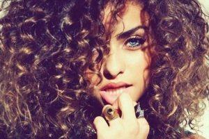 mulher bonita com cabelos crespos e olhos claros