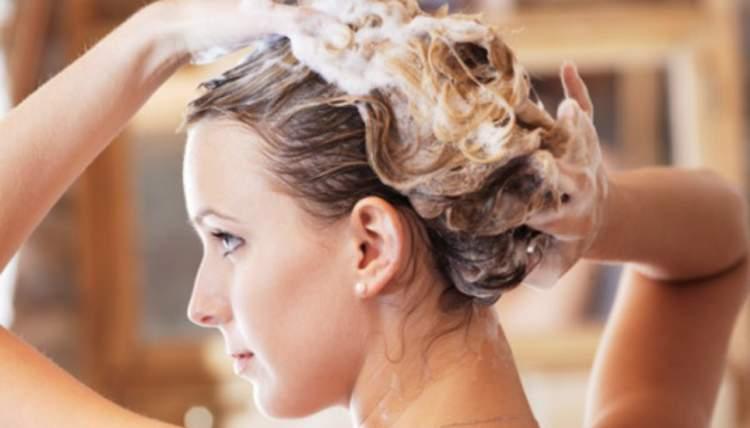 Não passe muito shampoo se você quer controlar o volume dos cabelos ondulados