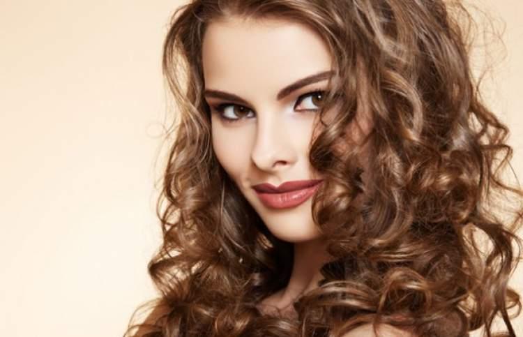 penteado com cabelos ondulados