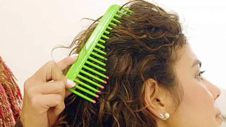 penteando cabelo ondulado molhado