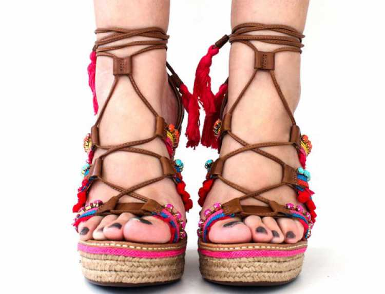 Sandália de Amarração com Pompom