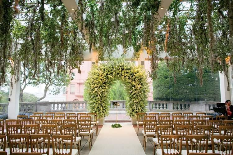 arco dos noivos na decoração de casamento ao ar livre