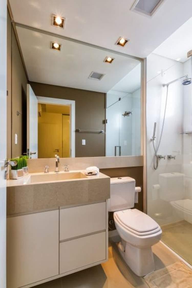 banheiro pequeno com espelho grande