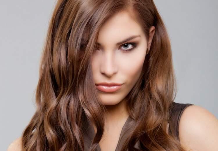cabelo com vários tons castanhos