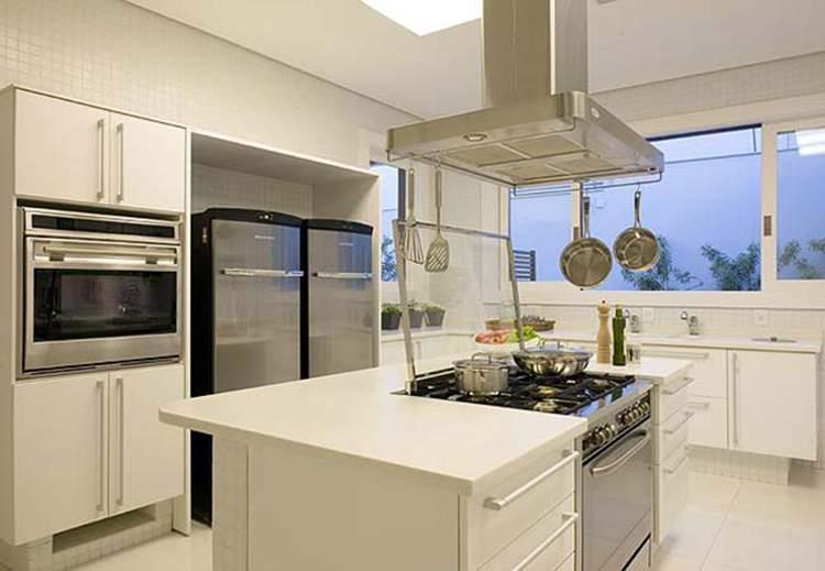 cozinha pequena com ilha central