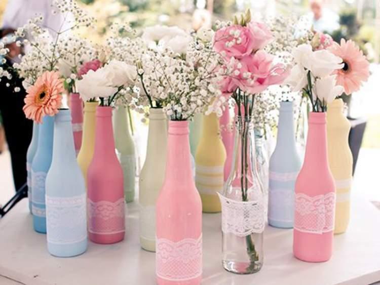 de flores na decoração de casamento simples, são as garrafas de