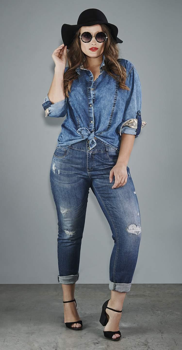 mulher toda de jeans