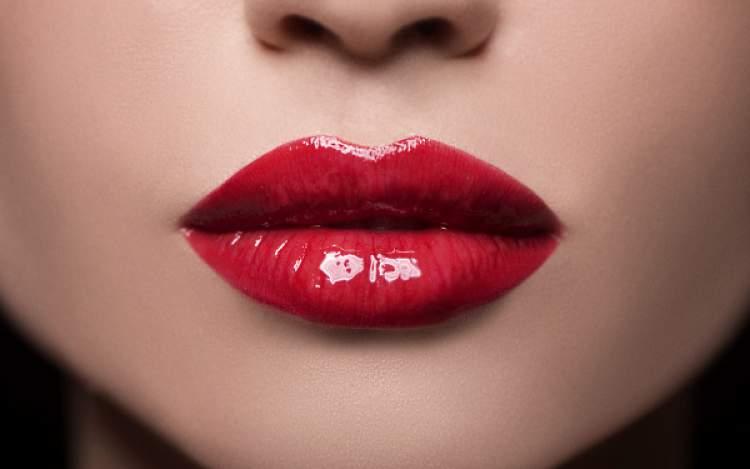 truque para aumentar os lábios com maquiagem