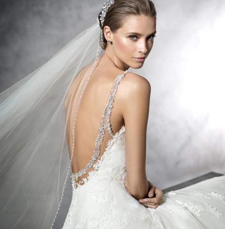 vestido de noiva com decote nas costas está entre as tendências para 2017