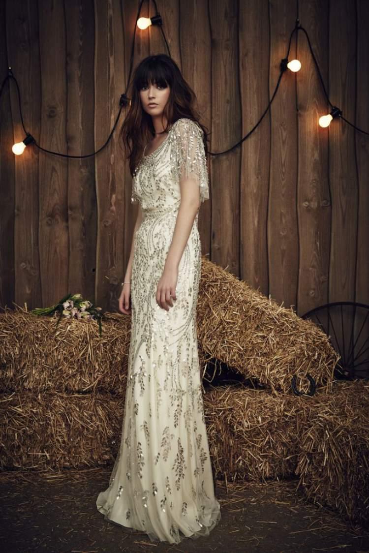 vestido de noiva com transparências e bordados com pedrarias