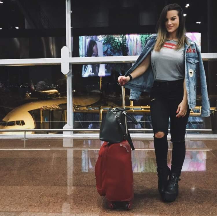 Alice Matos usando casaquinho jeans