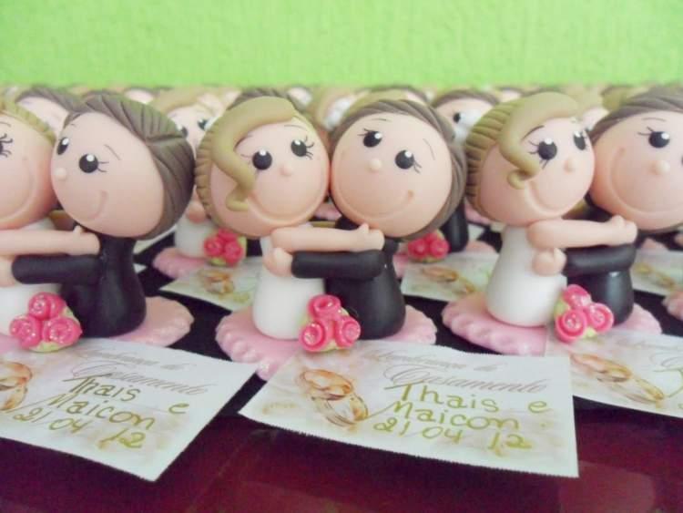 Casal em biscuit é uma das lembrancinhas de casamento para encantar os convidados