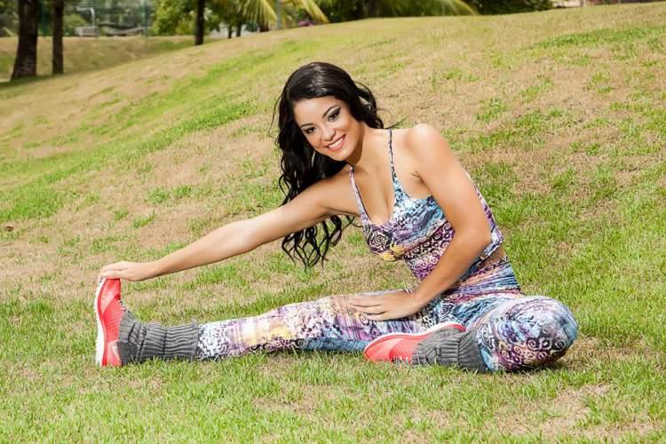 Jennifer de Paula Malhando ao ar livre