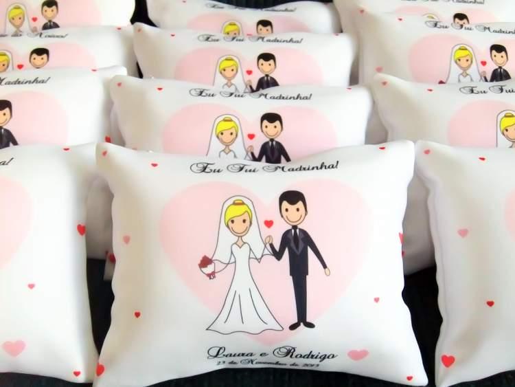 almofadas sublimadas para encantar os convidados do casamento