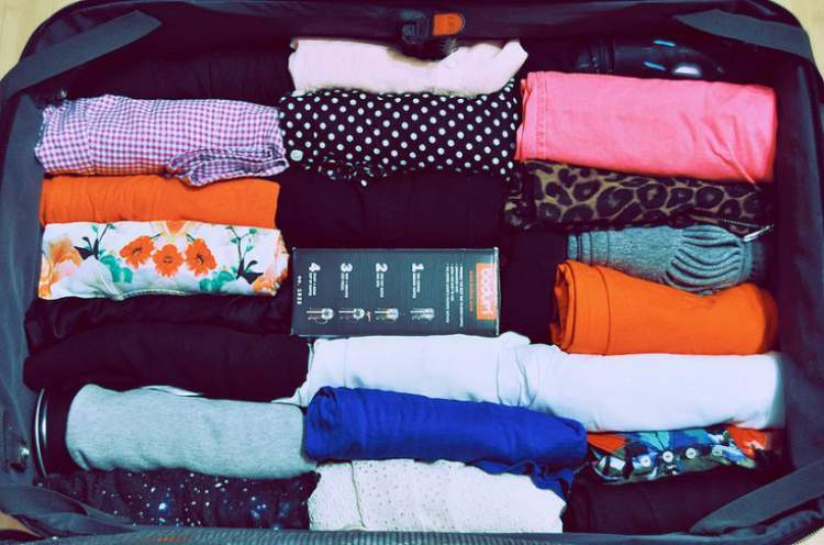 como arrumar a roupa na mala de maneira correta
