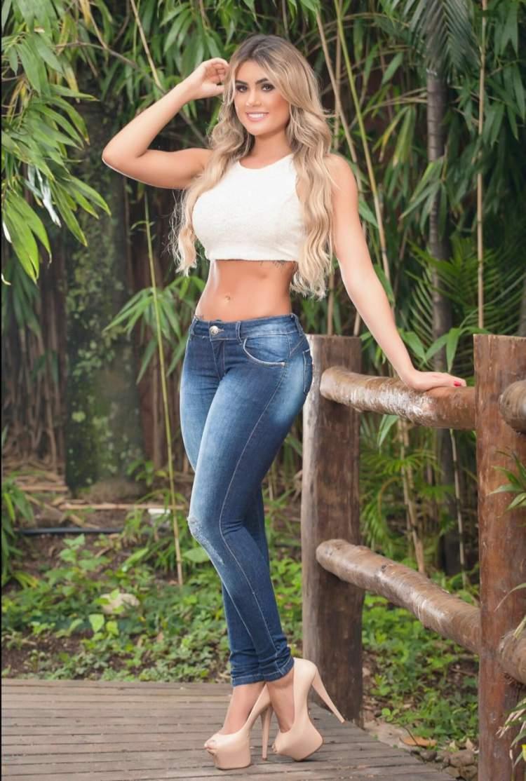 Foto de Natacha Horana usando calça jeans