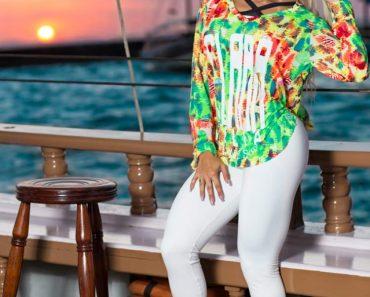 """Janaina Santucci, a """"DJ Platinada"""", mostra looks de moda fitness para o verão"""