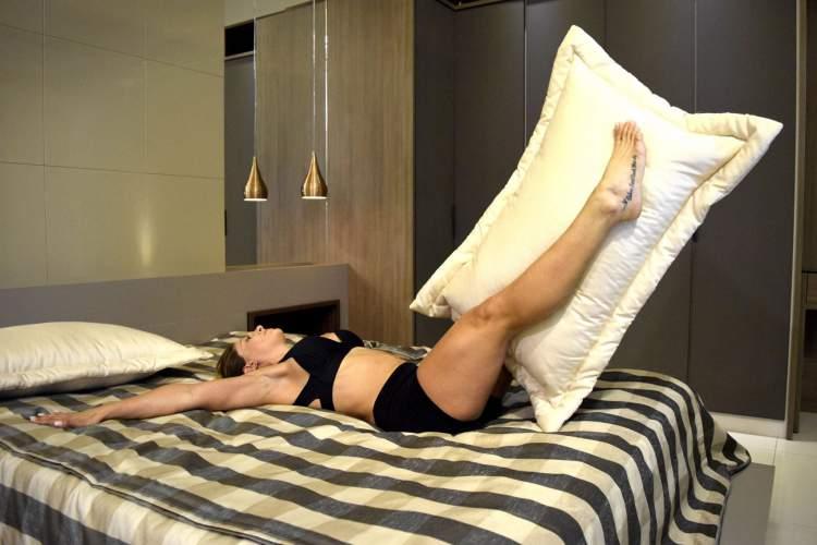 Jo Damiani fazendo exercícios na cama