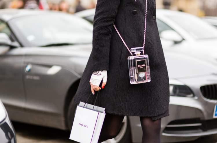 mulher usando bolsa divertida da Chanel