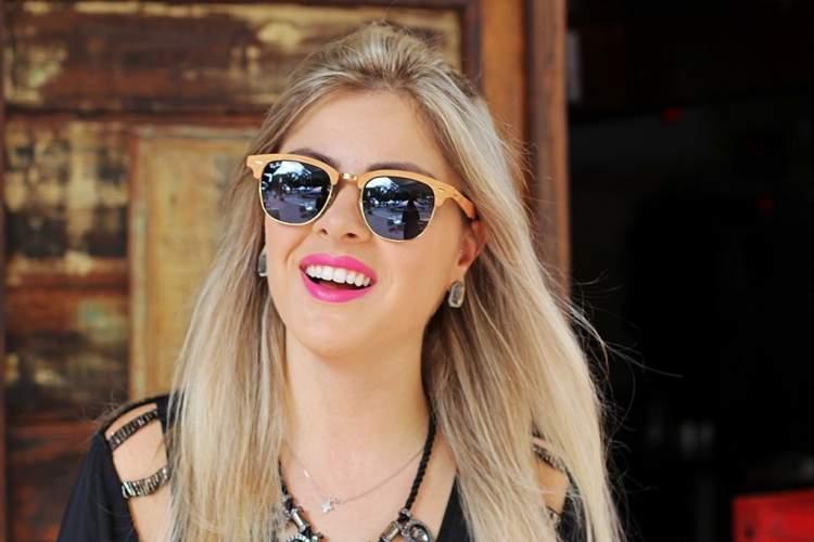 mulher usando óculos de sol clubmaster