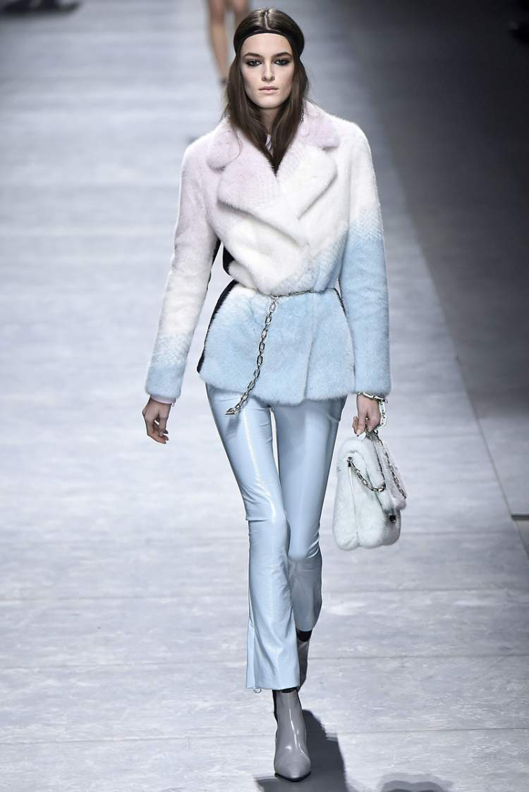 azul empoeirado é uma das tendências da moda outono/inverno 2017