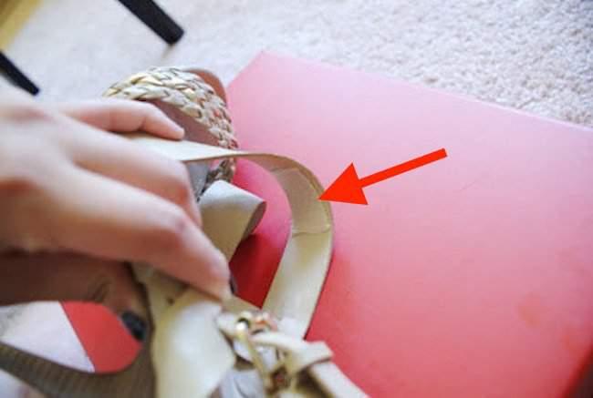 colocar tecido macio nas tiras da sandália para deixa-la mais confortável