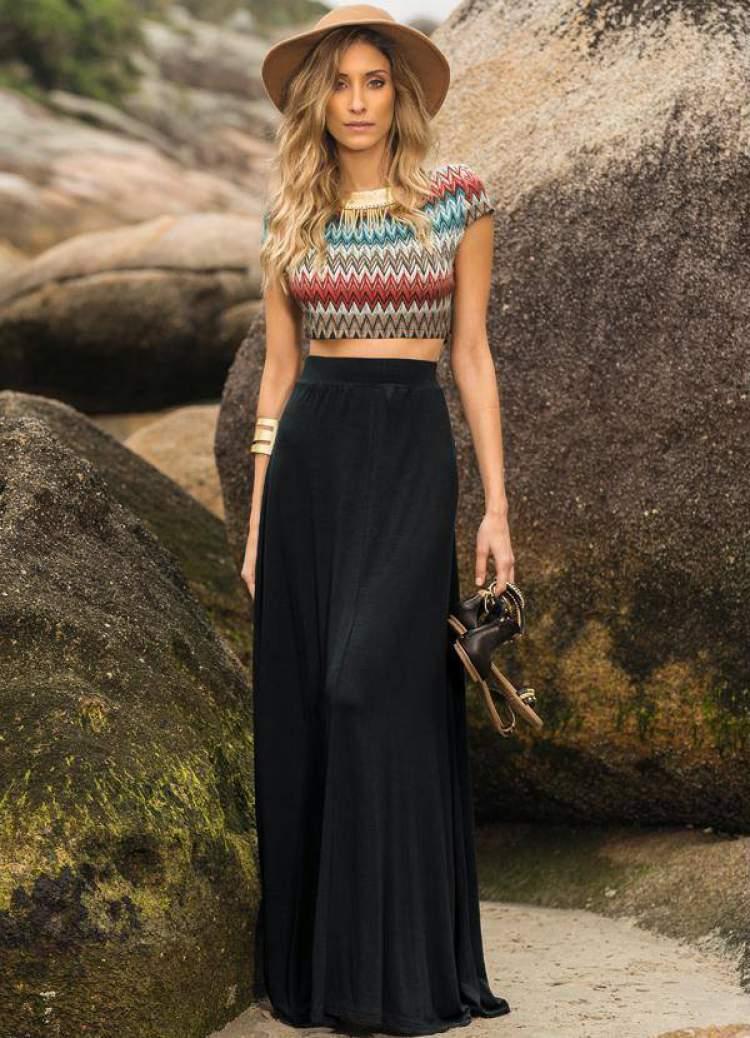 Top Cropped colorido com saia preta longa