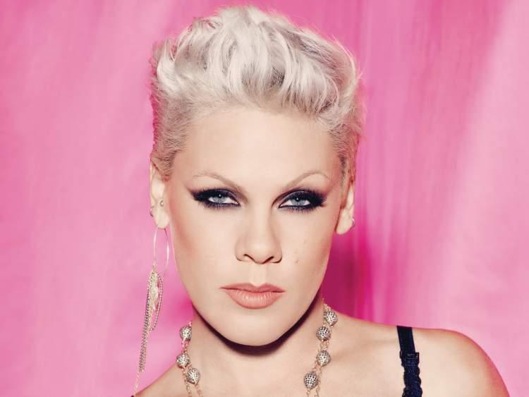 Pink é contra os padrões de beleza