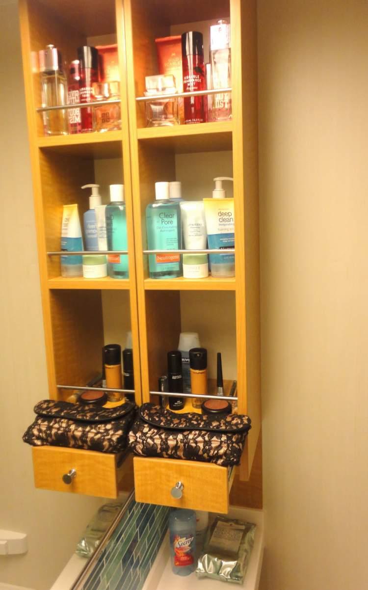 Banheiro com Grande quantidade de produtos cosméticos