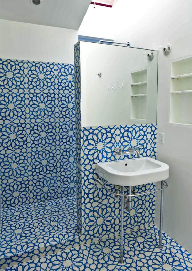 Banheiro pequeno com erro na decoração