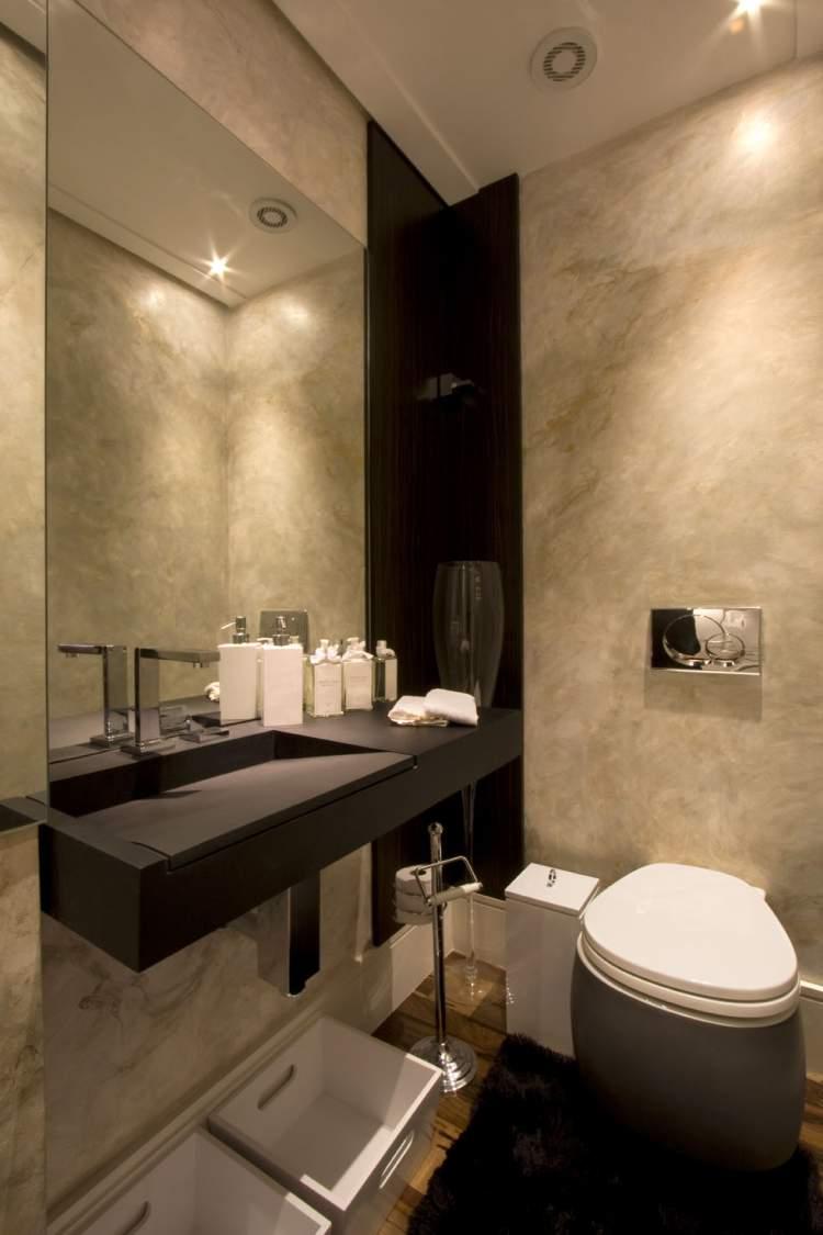 banheiro pequeno com pouca iluminação