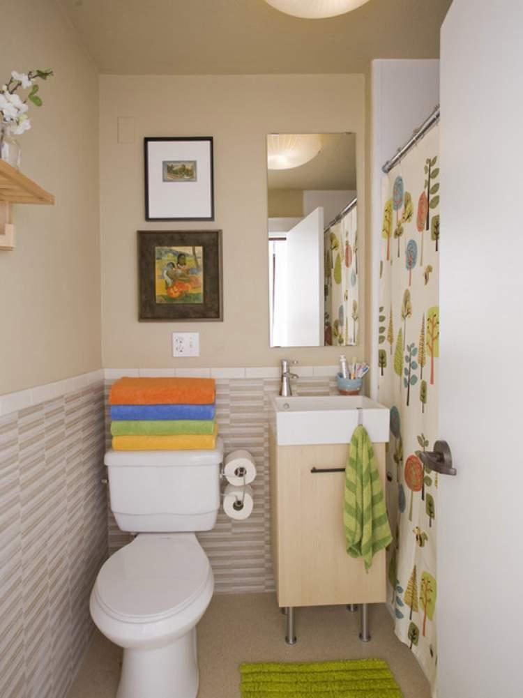 banheiro pequeno sem espaço para toalhas