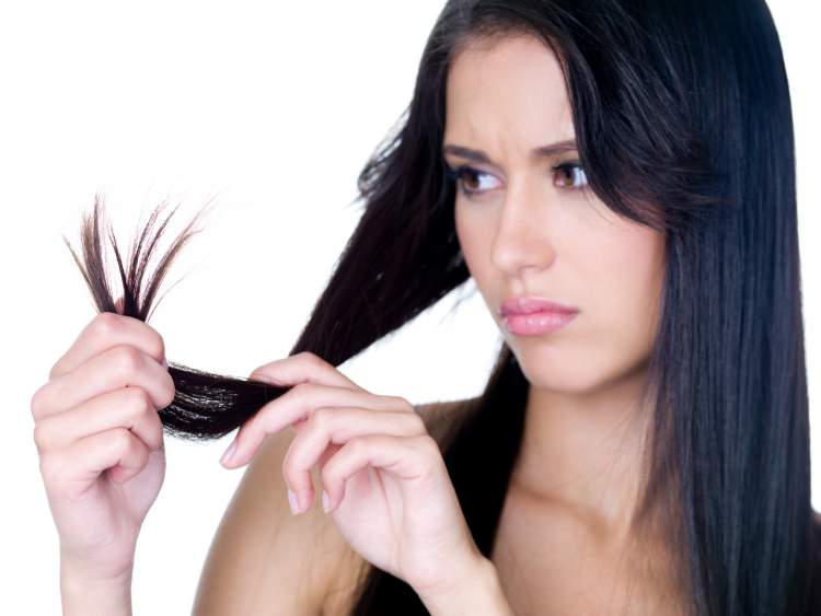 Mulher preocupada com o crescimento dos seus cabelos