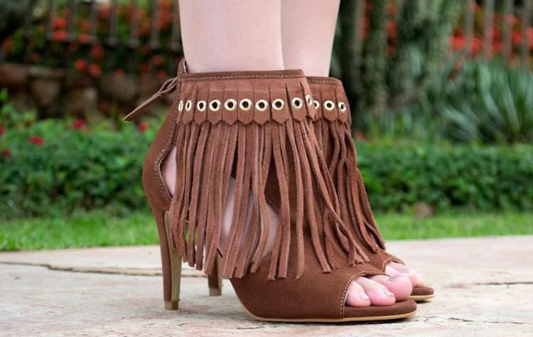 sandálias com franjas