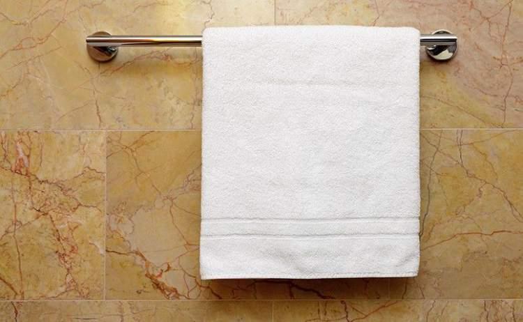 toalha limpa é um dos itens que você deve tirar do banheiro