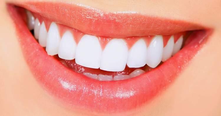 Veja como clarear os dentes naturalmente