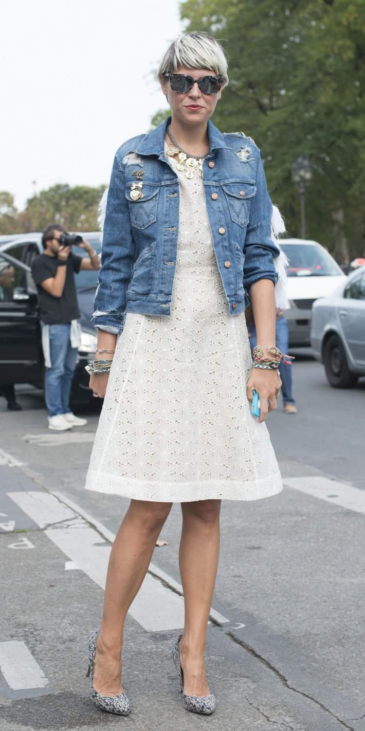 Jaqueta jeans por cima do vestido branco