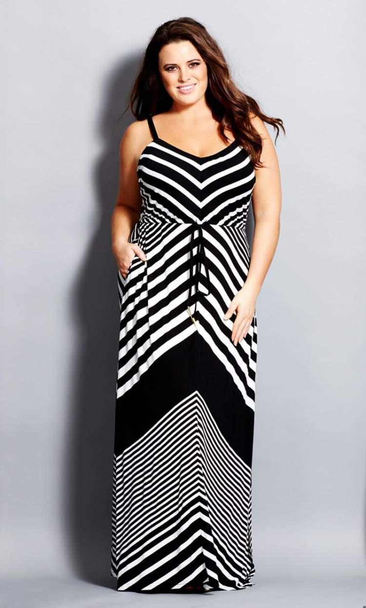 Vestido plus size com estampa geométrica com linhas diagonais