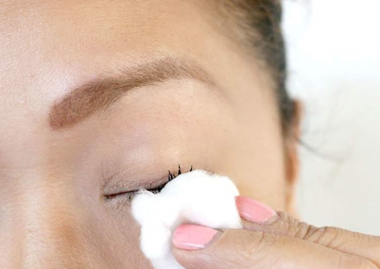 Como remover a máscara de cílios corretamente