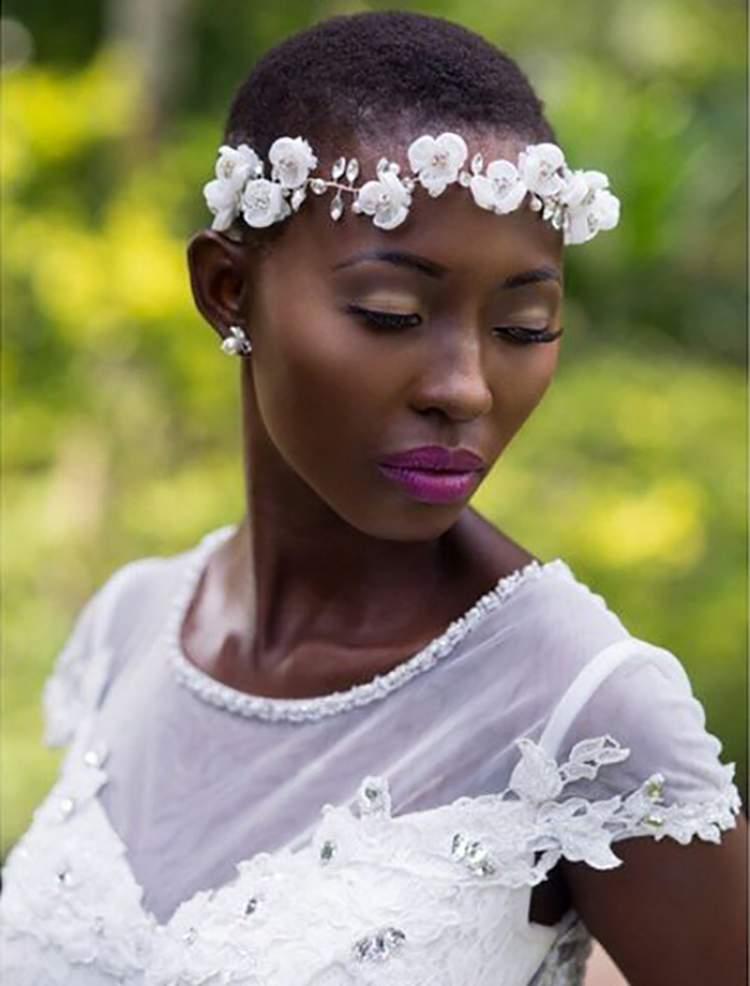 coroa de flores para usar em cabelos cacheados e curtos