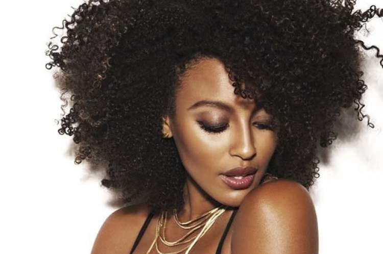 Modelo de corte para mulheres com cabelos crespos