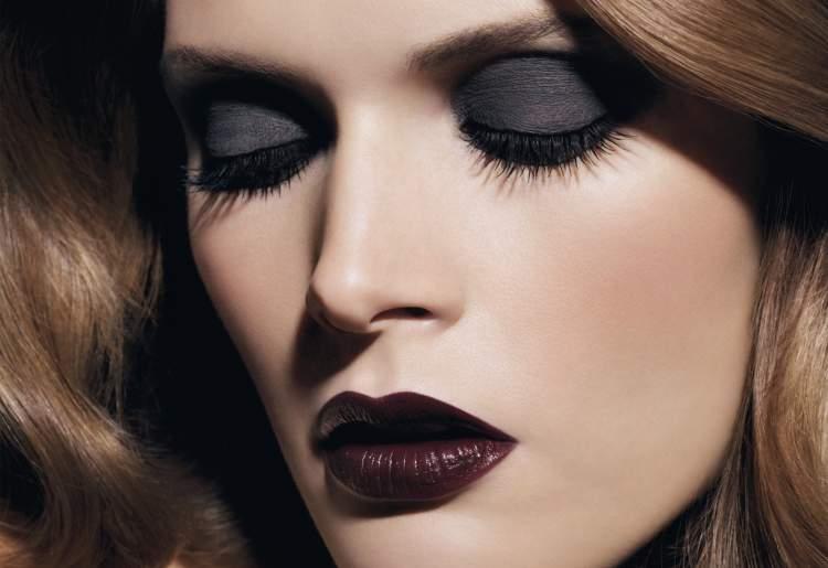 mulher com olho preto esfumado