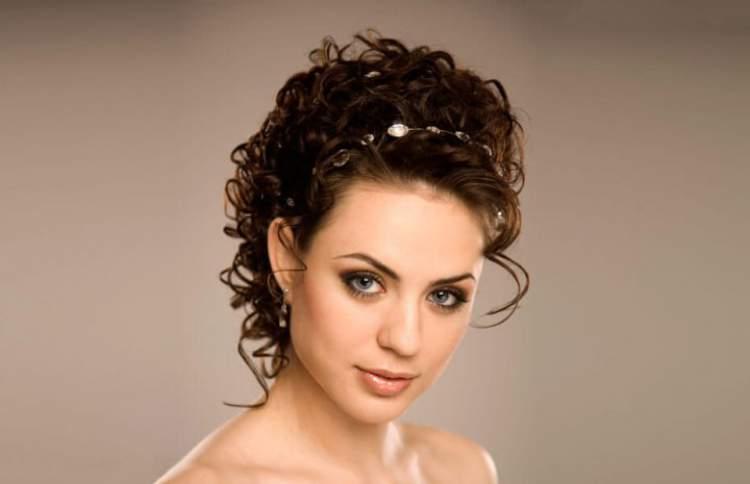 penteado com arco atrás da orelha para cabelo cacheado e curto