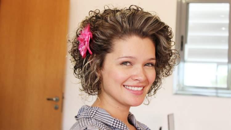 penteado preso lateral para cabelo cacheado e curto meio molhado