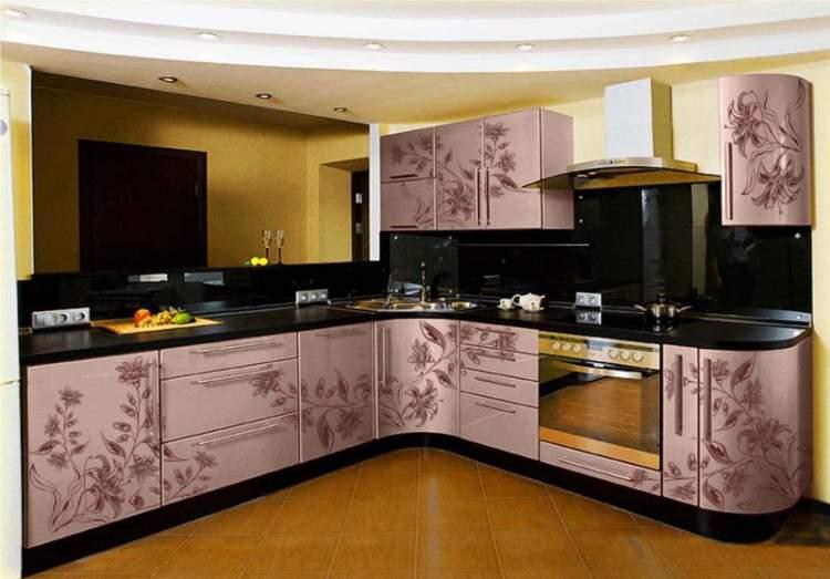 Adesivos nos armários para renovar a cozinha sem a necessidade de reformas