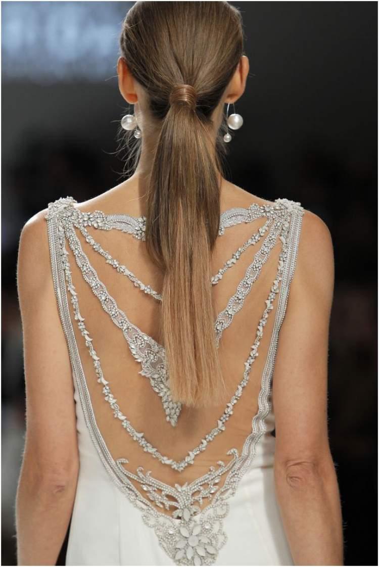 Decote bordado em vestido de noiva para casamento no civil
